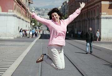 Cécile Ruiz, guide touristique, a de quoi sauter de joie. Cet enfant de la région est numéro 1 des visites guidées sur le site d'avis Tripadvisor. (Photo Stéphane Hery)